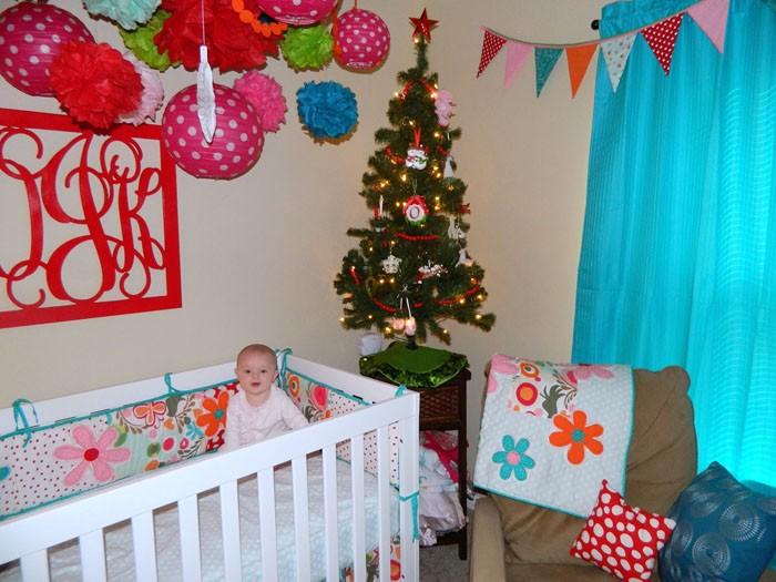 Яркое оформление приведёт малыша в восторг. Вешаем гирлянды, декорируем потолок, окна и двери