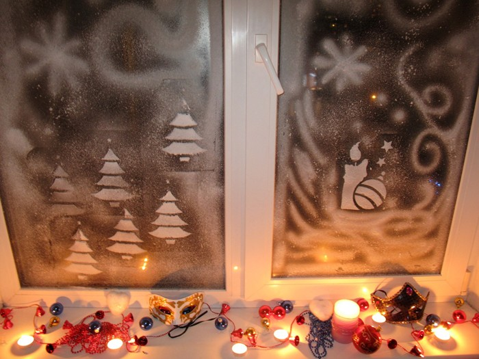 Окна и подоконники становятся отличным плацдармом под композиции. Стёкла украшают рисунками или вытынанками