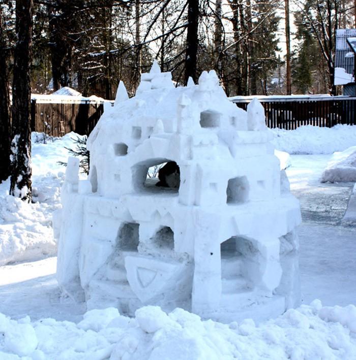 Замок может оказаться декоративным и просто украсить собой участок во дворе. А может разрастись до небывалых размеров и стать защитной крепостью