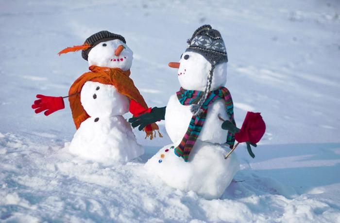 Снежным снеговичкам неплохо бы повязать свои старые шарфы