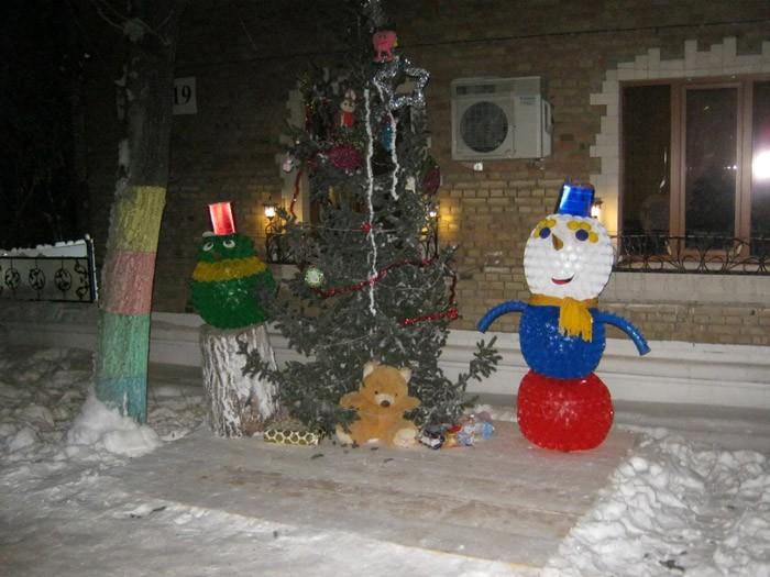 Пластиковые стаканчики тоже способны превратиться в снеговика и другие фигуры