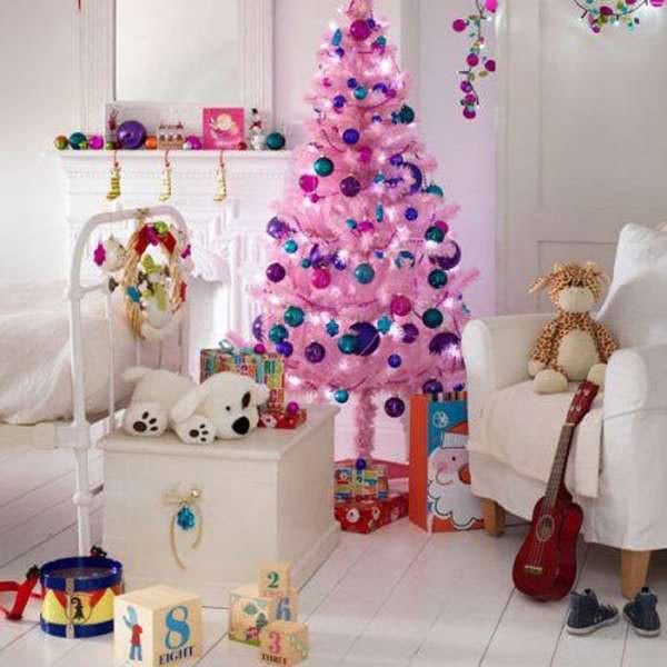 Хоть розовый цвет считается банальным для девочки, тем не менее это своеобразная классика. Розовая ёлочка будет смотреться и нежно, и сказочно