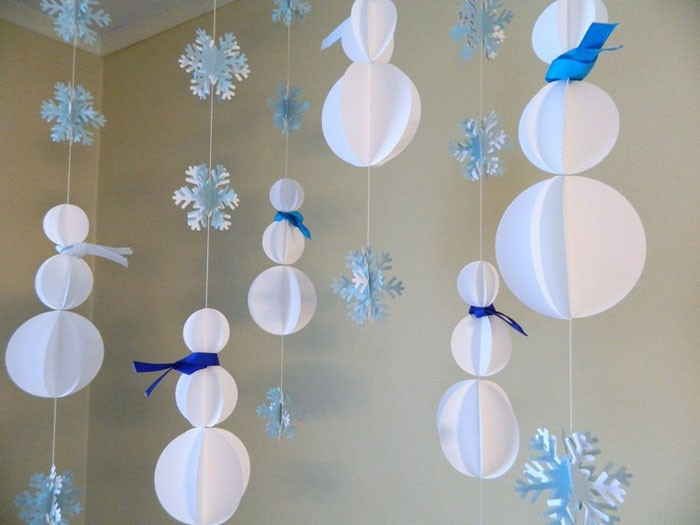 Вертикальная гирлянда из раскачивающихся снеговиков украсит детскую комнату
