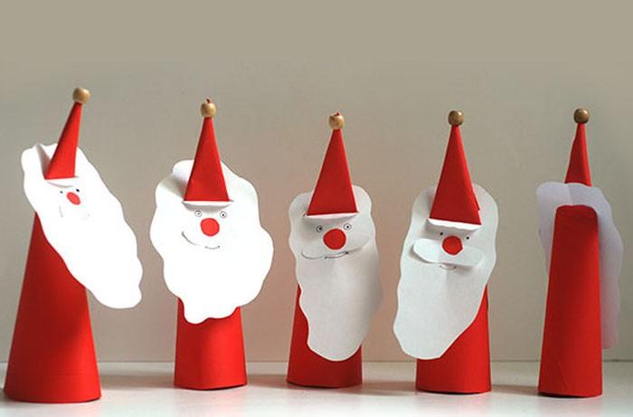 Простой и быстрый вариант создания Деда Мороза. Делаем конус из красной бумаги, а на конус надеваем белую бумажную бороду и наклеиваем лицо