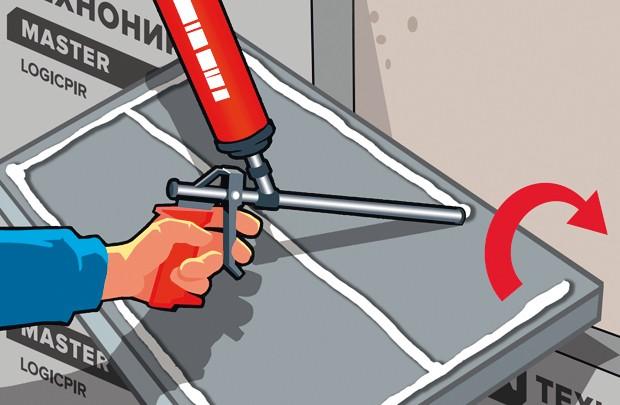 Нанесение клей-пены на плиту теплоизоляции