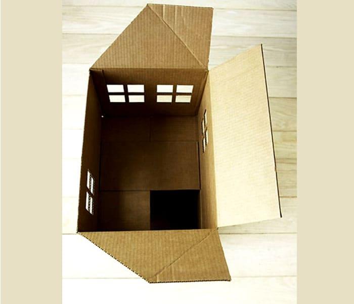 Если воспользоваться готовой коробкой, то процесс становится значительно проще. Ножиком прорезаются окна, и домик готов к украшению