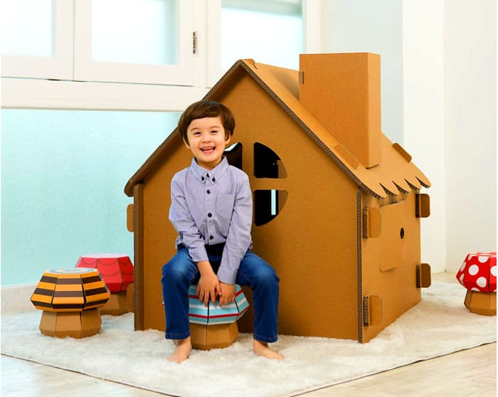 В домике с удовольствием играют и мальчишки, и девчонки