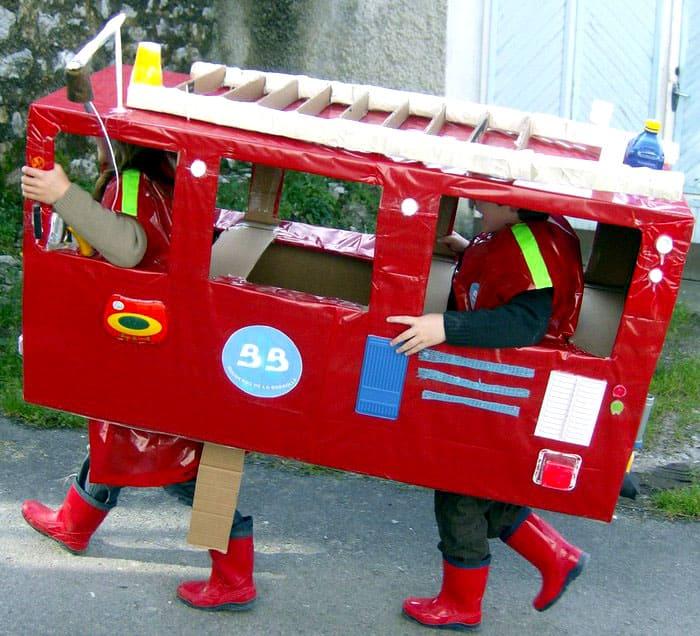 Из коробок из-под крупногабаритной техники получаются целые автобусы и пожарные машины