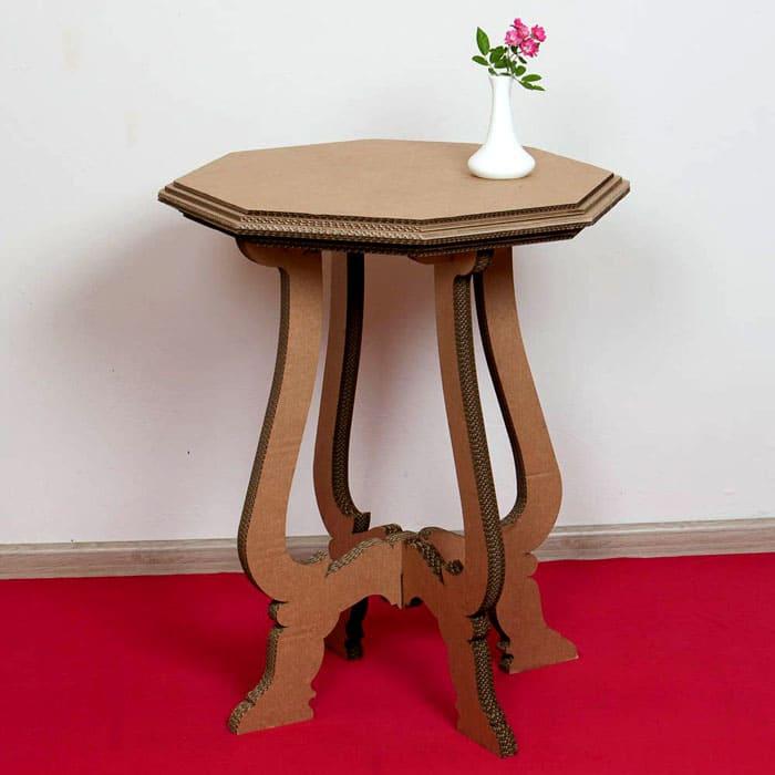 Небольшой столик можно декорировать шпатлёвкой, ошкурить и покрасить — никто и не догадается, из чего сделана такая красота. А можно оставить изделие в первозданном виде и каждый раз ловить удивлённые и восхищённые взгляды гостей