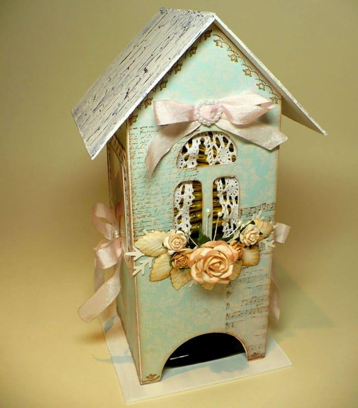 Простые варианты предполагают готовые покупные украшения в виде цветов, лент, бордюрчиков из кружев или декоративного скотча