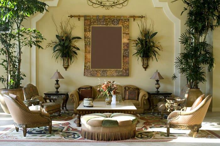 Искусственные настенные композиции никак не отвлекают внимание от живых пальм