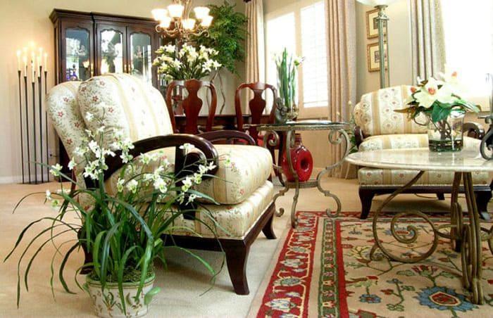 Шикарный вид обеспечивается не только мебелью и отделкой, но и красивоцветущими растениями