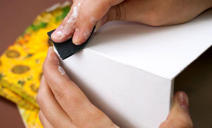 Обработка поверхности основания перед покраской абразивной шкуркой