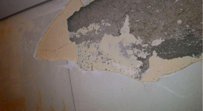 Результат нанесения цементной штукатурки на переохлажденную поверхность основания