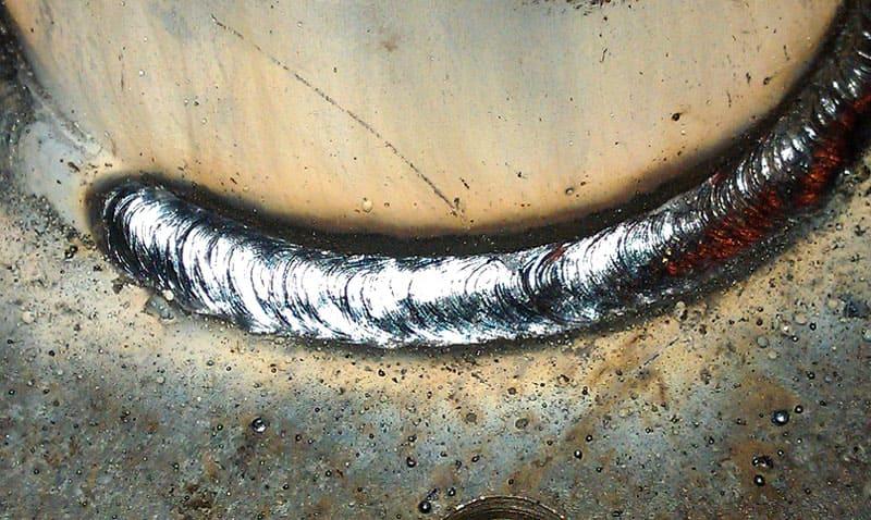 Электросварочный шов. Соединение двух деталей электросваркой является адгезией, так как металл, использующийся в электроде, выступает в качестве адгезива