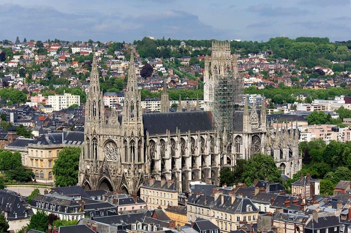 Церковь Сент-Уан (1318 г.— начало XVI века) вытянута по канонам английской готики