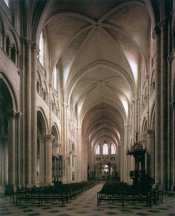 В противовес прежним невысоким потолкам, готические соборы поражают очень высокими сводами