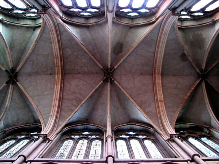 Нагрузка крестового свода распределяется равномерно на угловые опоры