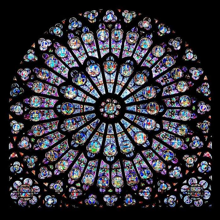 Самым интересным примером служит окно-розетка, впервые появившееся в архитектуре после крестовых походов