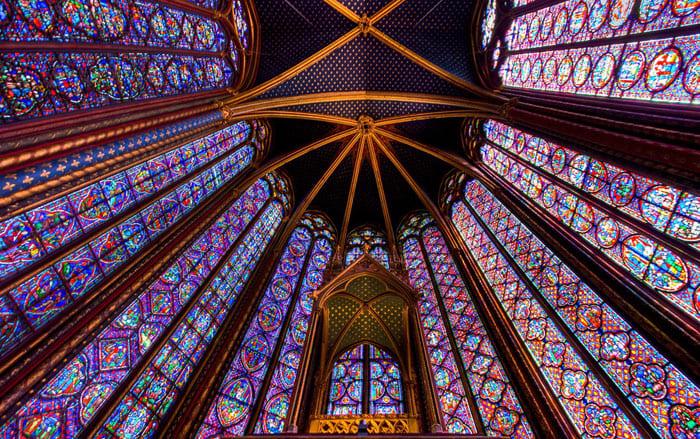 «Высокая» готика XIII века приобрела новые усовершенствованные черты, что видно по характеру постройки часовни Сант-Шапель (Париж, 1243-1248 гг.)