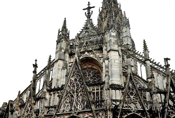 «Пламенеющая» (поздняя) готика с её оконными проёмами в виде пламени: запоминающаяся церковь Сен-Маклу в Руане