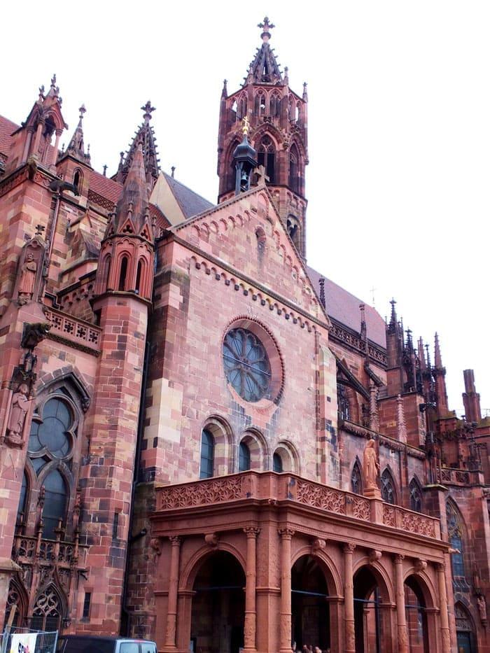 Фрайбургский собор: шатёр из брусьев и свобода от излишнего резного декора