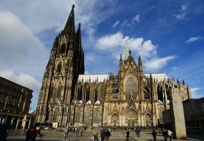 Кёльнский собор (1248– 1880) напоминает Амьенский, но славится сухостью форм