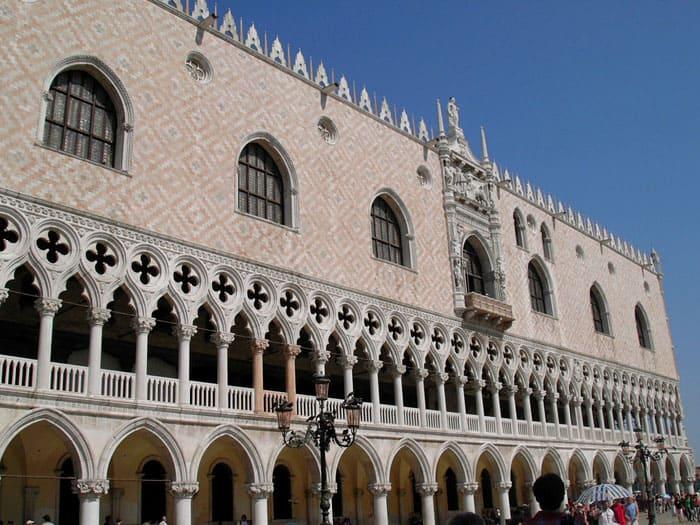 Беломраморная колоннада дворца Дожей и лоджия с килевидными арками: изящнее и легче не найти
