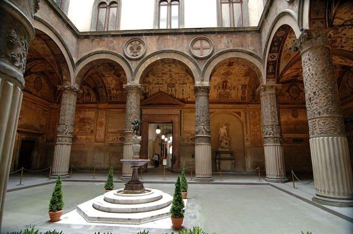 Палаццо Веккьо во Флоренции ещё осталось приверженцем романской архитектуры с готическими чертами