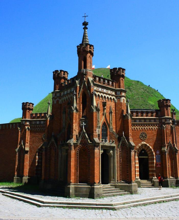 В России неоготика получила развитие в придворных кругах и католических общинах, но для характеристики архитектурных решений того времени принято использовать термин «псевдоготика»