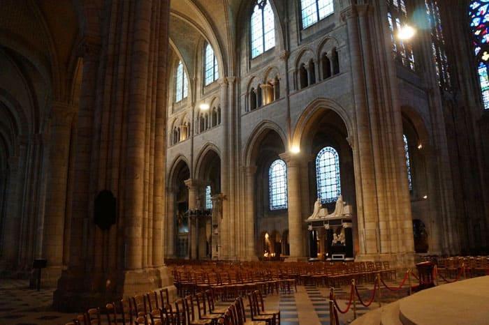 Собор города Санс был заложен примерно в 1140 году и полностью построен в XII веке