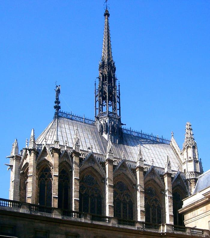 Королевская капелла Сент-Шапель была построена за 5 лет, в 1243-1248 годах и находится на острове Сит в Париже