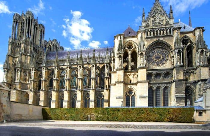Собор в Реймсе — историческое традиционное место коронации королей Франции