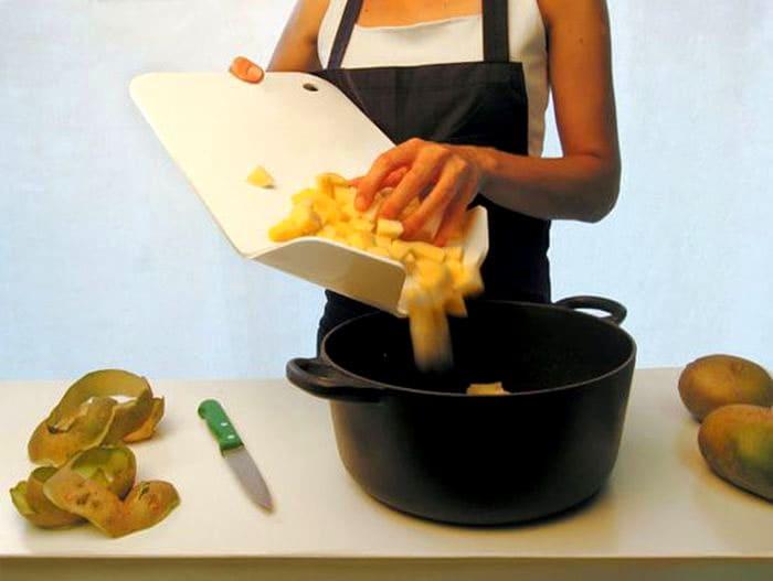 Сколько раз вы сталкивались с проблемой, когда порезанные овощи соскальзывают с разделочной доски в разные стороны? Так вот, эту проблему тоже легко решили