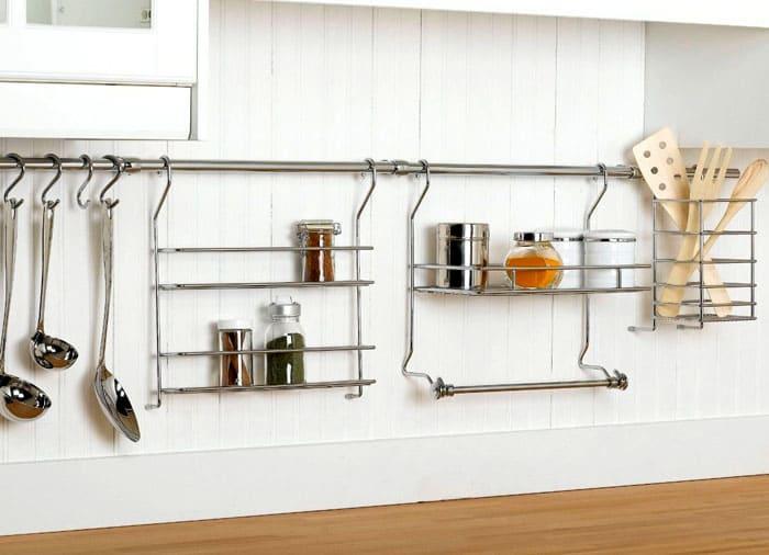 Благодаря рейлингам, можно разместить в пределах вытянутой руки любые кухонные принадлежности
