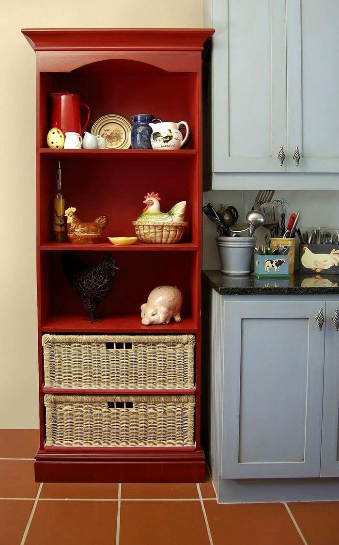 На стеллажах или в специальных шкафчиках хранят кухонную утварь. Такой предмет мебели становится также декоративным аксессуаром
