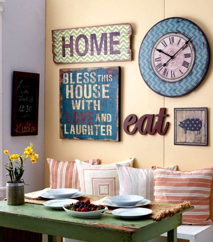 Часы частенько создают единый ансамбль в оформлении кухонной стены
