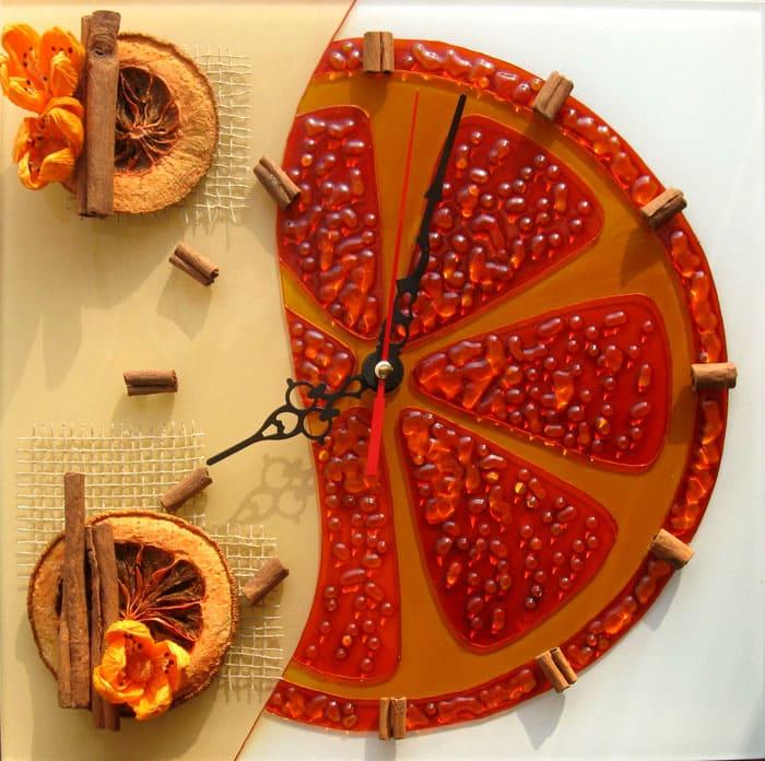 Яркие часы освежат кухню в нейтральных или пастельных тонах