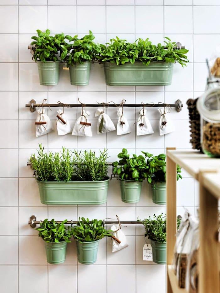 Рядом с фартуком неплохо себя чувствуют мини-горшки с искусственными растениями. Такой аксессуар существенного разбавит монотонный фартук