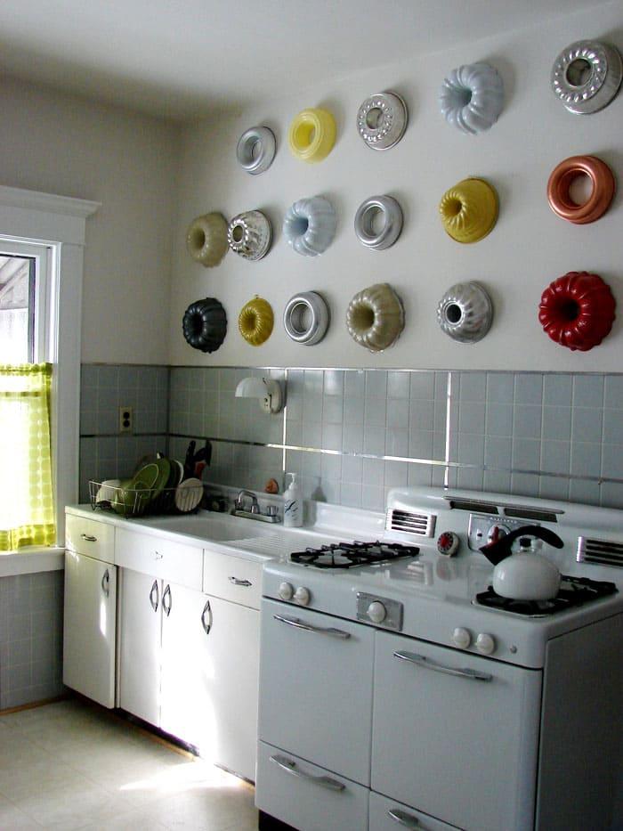 Раньше всю кухонную утварь прятали в шкафчики и ящики. С яркими формами для пирогов и бисквитов, извлечёнными из недр шкафчиков, стены в кухне легко преображаются, и не нужно занимать дополнительное место для хранения