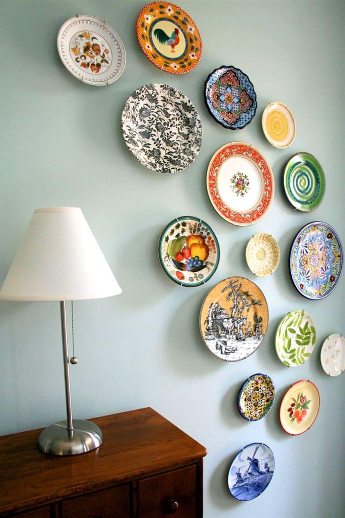 Некоторые тарелки настолько декоративны, что им самое место на стене для всеобщего обозрения