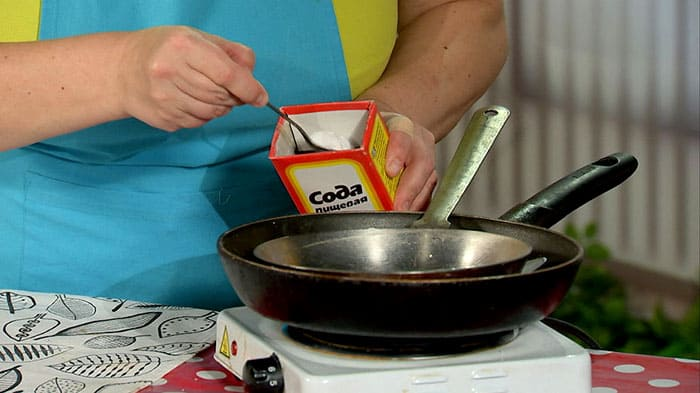 Запах уксуса затем убирают обработкой изделия содой: содовый раствор нужно просто прокипятить прямо в посуде