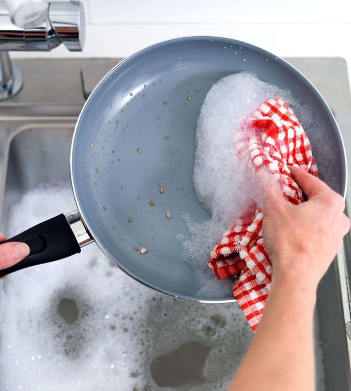 Чтобы не мучить свои руки лишней работой, стоит чаще устраивать профилактику и акцию «антижир» для своей посуды