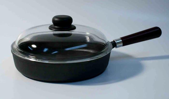 С утра сковороду споласкивают горячей водой и насухо вытирают вафельным полотенцем