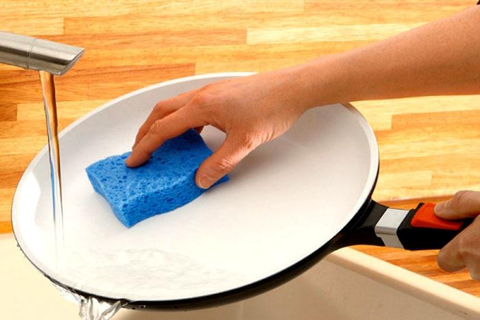 Оттирать грязь металлическими щётками с керамики нельзя