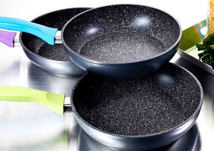Пригоревшую пищу убирают только после замачивания изделия в воде и с помощью мягкой губки