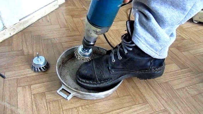 Если этот способ невозможен, то самостоятельное очищение производят шлифовальной машинкой. Подойдёт также болгарка с лепестковым торцевым кругом