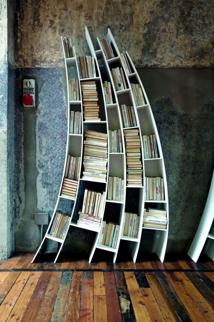 Для небольших комнат целесообразно приобретать невысокие шкафчики, не рассчитанные на большое количество книг