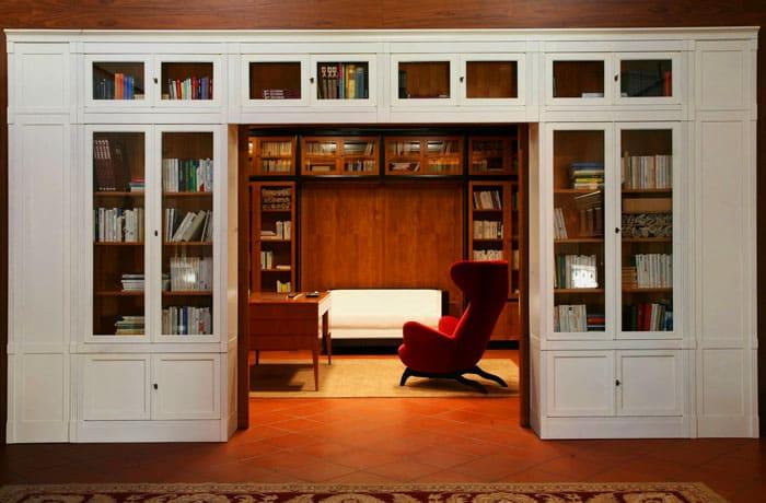 Рациональный подход дизайнеров позволит максимально полезно сэкономить на площади: вход в кабинет может быть превращён в библиотеку, гармонирующую с интерьером комнаты и коррелирующую с рабочим кабинетом