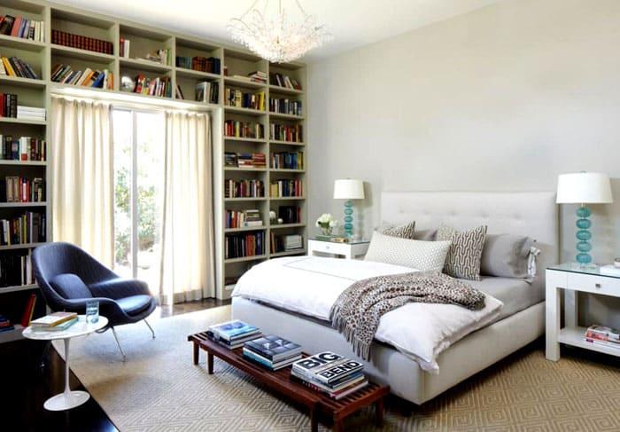 Иногда даже не ищут специального места для размещения книжной мебели. Пространство у окна не выглядит загромождённым, если заполнить его печатными изданиями на открытых полках
